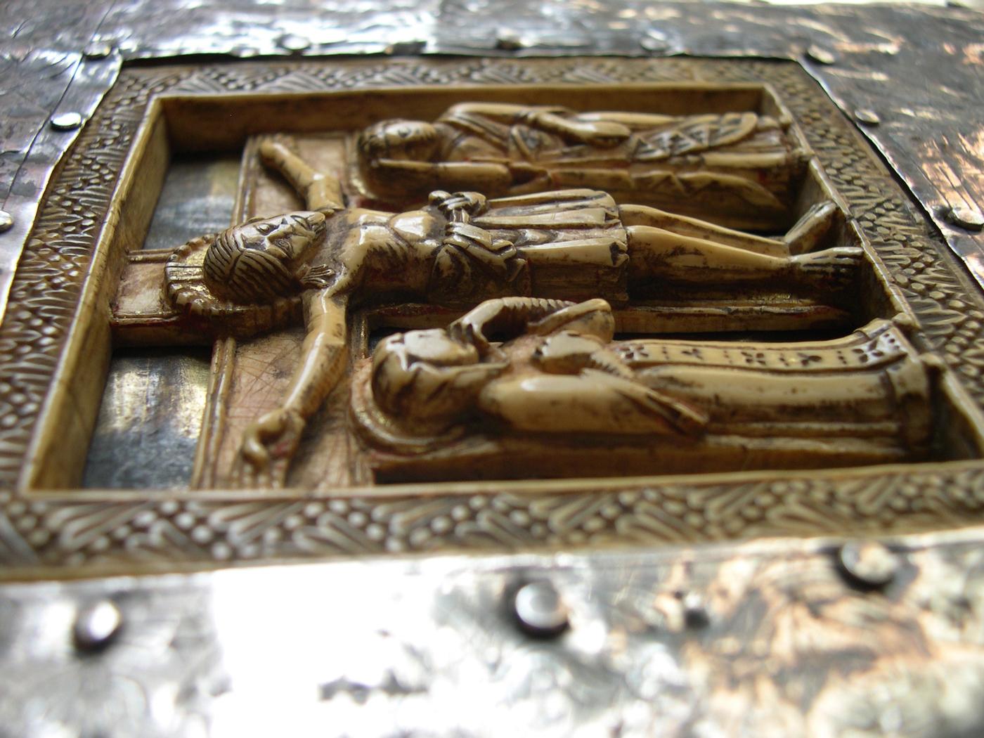 Crocifissione in avorio da evangeliario. Sec. XI-XII (Ms. O.IV.1)